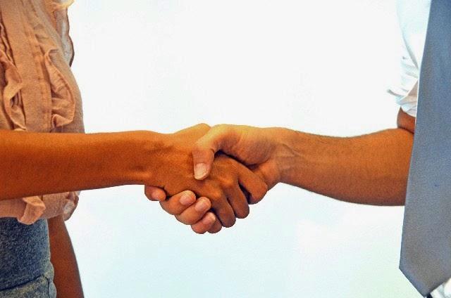 握手して出世運を見分ける手相術